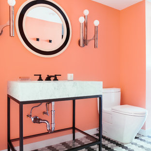Modelo de cuarto de baño actual con armarios con paneles lisos, puertas de armario blancas, lavabo con pedestal y suelo multicolor