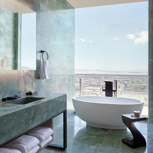 Esempio di una stanza da bagno contemporanea con vasca freestanding, piastrelle verdi, piastrelle di marmo, pareti verdi, pavimento in marmo, lavabo integrato, top in marmo, pavimento verde e top verde