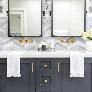 Idee per una grande stanza da bagno padronale country con ante con riquadro incassato, ante grigie, vasca da incasso, doccia aperta, piastrelle grigie, piastrelle in ceramica, pareti bianche, pavimento bianco e doccia aperta