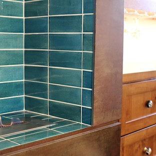 Immagine di una grande stanza da bagno padronale stile rurale con lavabo a bacinella, ante con riquadro incassato, ante in legno scuro, top in legno, vasca freestanding, doccia alcova, WC monopezzo, piastrelle blu, piastrelle diamantate, pareti bianche e parquet scuro