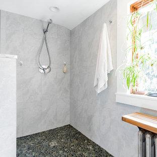 Badezimmer mit offener Dusche und Kiesel-Bodenfliesen Ideen, Design ...