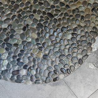 ボストンの大きいコンテンポラリースタイルのおしゃれなマスターバスルーム (フラットパネル扉のキャビネット、白いキャビネット、オープン型シャワー、一体型トイレ、グレーのタイル、白いタイル、青い壁、玉石タイル、珪岩の洗面台、黒い床、オープンシャワー) の写真
