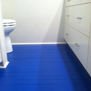 Foto de cuarto de baño principal, costero, con suelo de madera pintada