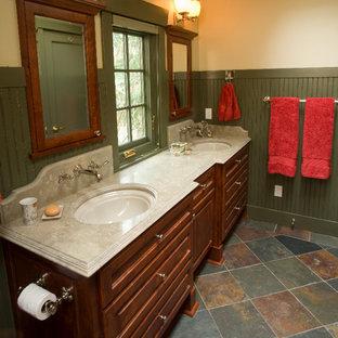 Idee per una stanza da bagno padronale tradizionale di medie dimensioni con ante con bugna sagomata, ante in legno bruno, pareti beige, pavimento con piastrelle in ceramica, lavabo sottopiano, top in pietra calcarea e pavimento grigio