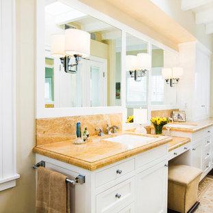 Modelo de cuarto de baño principal, clásico, con armarios con rebordes decorativos, puertas de armario blancas, baldosas y/o azulejos naranja, baldosas y/o azulejos de travertino, paredes beige, suelo de madera oscura, lavabo bajoencimera, suelo marrón, encimeras naranjas y encimera de mármol