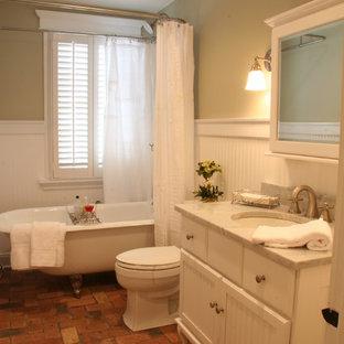 Modelo de cuarto de baño de estilo americano, de tamaño medio, con armarios con paneles lisos, puertas de armario blancas, encimera de granito y suelo de ladrillo