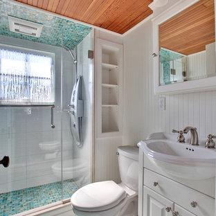 Inspiration för ett mellanstort vintage en-suite badrum, med luckor med profilerade fronter, vita skåp, en hörndusch, en toalettstol med hel cisternkåpa, vita väggar, mosaikgolv och ett nedsänkt handfat
