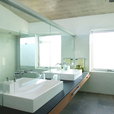 Contemporary Bathroom by Paul Burnham Architect Pty Ltd