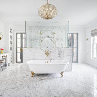 Inspiration för klassiska vitt en-suite badrum, med luckor med infälld panel, vita skåp, ett badkar med tassar, en dubbeldusch, vita väggar, marmorgolv, marmorbänkskiva, vitt golv och dusch med gångjärnsdörr