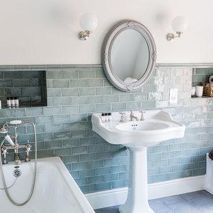 Immagine di una stanza da bagno padronale country di medie dimensioni con vasca da incasso, WC monopezzo, piastrelle verdi, piastrelle di cemento, pareti verdi e lavabo a colonna