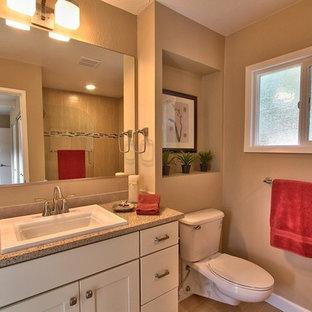 サンフランシスコのミッドセンチュリースタイルのおしゃれなマスターバスルーム (家具調キャビネット、白いキャビネット、分離型トイレ、ベージュのタイル、ベージュの壁、無垢フローリング、茶色い床、ベージュのカウンター) の写真