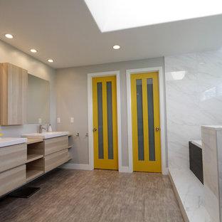 Идея дизайна: большая главная ванная комната в современном стиле с открытыми фасадами, светлыми деревянными фасадами, накладной ванной, открытым душем, черной плиткой, белой плиткой, плиткой из листового камня, серыми стенами, полом из линолеума, монолитной раковиной и столешницей из дерева
