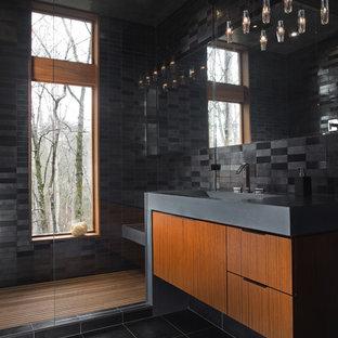 Idées déco pour un sauna contemporain de taille moyenne avec une grande vasque, un carrelage noir, des carreaux de céramique, un mur noir, un sol en carrelage de porcelaine, un placard à porte plane et un sol noir.