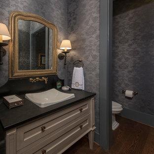 Imagen de cuarto de baño clásico renovado, pequeño, con armarios tipo mueble, puertas de armario beige, sanitario de una pieza, paredes negras, suelo de madera oscura, lavabo encastrado, encimera de esteatita, suelo marrón y encimeras negras