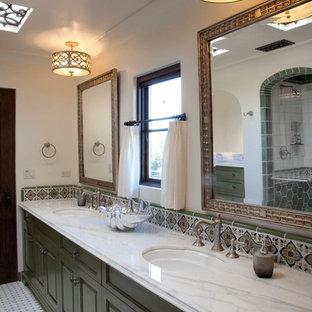 Foto di una stanza da bagno padronale mediterranea di medie dimensioni con ante con bugna sagomata, ante verdi, doccia aperta, piastrelle bianche, piastrelle in ceramica, pareti bianche, pavimento con piastrelle in ceramica, lavabo sottopiano e top in marmo