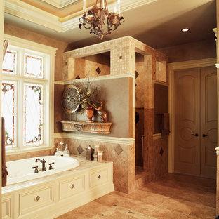 Diseño de cuarto de baño principal, tradicional, de tamaño medio, con armarios con rebordes decorativos, puertas de armario blancas, bañera encastrada, ducha abierta, baldosas y/o azulejos beige, baldosas y/o azulejos en mosaico, paredes marrones y suelo de travertino
