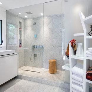 На фото: со средним бюджетом главные ванные комнаты среднего размера в современном стиле с настольной раковиной, плоскими фасадами, белыми фасадами, душем в нише, белой плиткой, мраморной столешницей, белыми стенами, мраморным полом, мраморной плиткой, серым полом, душем с раздвижными дверями и серой столешницей