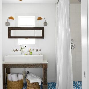 Exempel på ett litet maritimt vit vitt badrum med dusch, med möbel-liknande, skåp i slitet trä, vit kakel, porslinskakel, vita väggar, cementgolv, ett fristående handfat, bänkskiva i kvarts, blått golv, dusch med duschdraperi och en dusch i en alkov