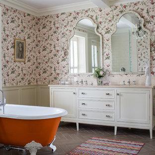 Immagine di una stanza da bagno padronale classica con ante in stile shaker, ante beige, vasca con piedi a zampa di leone, pareti multicolore, parquet scuro e lavabo sottopiano