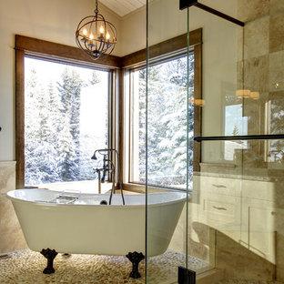 Ejemplo de cuarto de baño tradicional con bañera con patas, ducha empotrada, baldosas y/o azulejos beige, encimera de granito, suelo de baldosas tipo guijarro, suelo de baldosas tipo guijarro y suelo beige