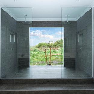 Diseño de cuarto de baño principal, minimalista, de tamaño medio, con ducha doble, baldosas y/o azulejos grises, baldosas y/o azulejos de travertino, ducha abierta, paredes blancas, suelo de baldosas de porcelana y suelo gris