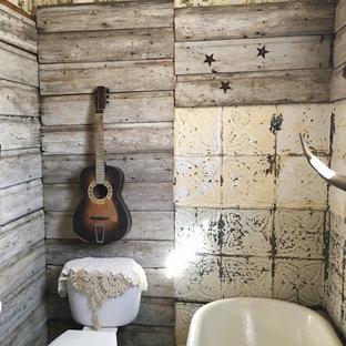 Idéer för små rustika badrum, med luckor med upphöjd panel, skåp i slitet trä, ett badkar med tassar, en toalettstol med separat cisternkåpa, beige kakel, kakel i metall, bruna väggar, linoleumgolv och ett integrerad handfat