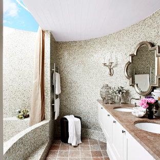Свежая идея для дизайна: главная ванная комната среднего размера в стиле кантри с врезной раковиной, фасадами в стиле шейкер, белыми фасадами, мраморной столешницей, ванной в нише, двойным душем, каменной плиткой, бежевыми стенами, мраморным полом, серой плиткой, раздельным унитазом, оранжевым полом и открытым душем - отличное фото интерьера