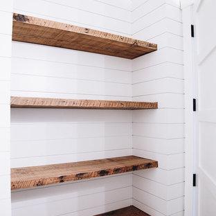 Ejemplo de cuarto de baño con ducha, campestre, de tamaño medio, con puertas de armario de madera oscura, suelo de baldosas tipo guijarro, encimera de granito, encimeras multicolor, paredes blancas, sanitario de dos piezas, armarios estilo shaker, lavabo bajoencimera y suelo gris