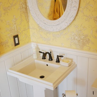 Ispirazione per una piccola stanza da bagno con doccia country con pareti gialle e parquet chiaro