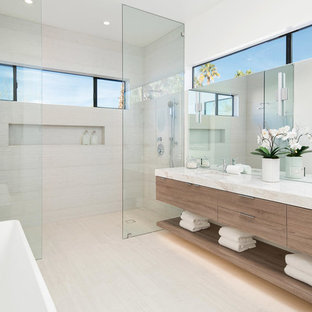 Идея дизайна: главная ванная комната в современном стиле с плоскими фасадами, фасадами цвета дерева среднего тона, отдельно стоящей ванной, двойным душем, бежевой плиткой, белыми стенами, врезной раковиной, бежевым полом и открытым душем