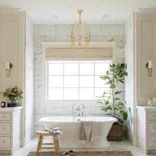 Стильный дизайн: большая главная ванная комната в морском стиле с отдельно стоящей ванной, угловым душем, разноцветной плиткой, мраморной плиткой, разноцветными стенами, мраморным полом, мраморной столешницей, разноцветным полом, душем с распашными дверями и разноцветной столешницей - последний тренд