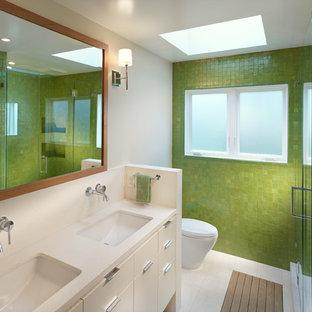 Inspiration för moderna badrum, med ett undermonterad handfat, släta luckor, vita skåp, en dusch i en alkov, grön kakel, mosaik och gröna väggar