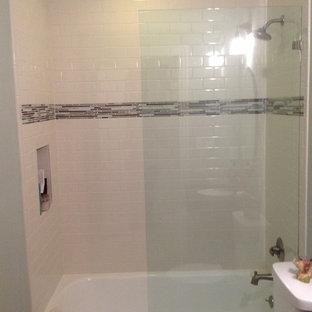 Foto di una stanza da bagno chic con lavabo sottopiano, ante in stile shaker, ante marroni, top in granito, vasca da incasso, vasca/doccia, piastrelle bianche e piastrelle diamantate