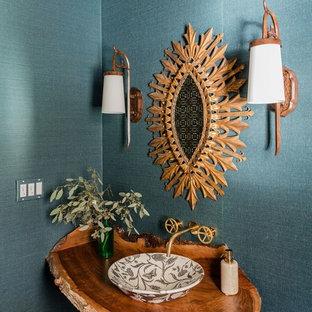 Imagen de cuarto de baño bohemio con paredes azules, lavabo sobreencimera, encimera de madera y encimeras marrones
