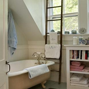 Immagine di una stanza da bagno classica con nessun'anta e vasca con piedi a zampa di leone