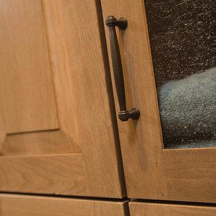 ミネアポリスのトラディショナルスタイルのおしゃれなマスターバスルーム (レイズドパネル扉のキャビネット、淡色木目調キャビネット、一体型トイレ、ベージュのタイル、ベージュの壁、クッションフロア、一体型シンク、珪岩の洗面台) の写真