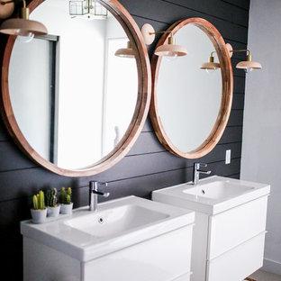 Inspiration för ett litet amerikanskt en-suite badrum, med släta luckor, vita skåp, en hörndusch, en toalettstol med hel cisternkåpa, svart kakel, svarta väggar, klinkergolv i porslin, ett väggmonterat handfat, bänkskiva i onyx och grått golv