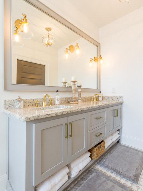 Stanza da bagno moderna con ante a riquadro a rilievo - Bagno piastrelle marroni ...