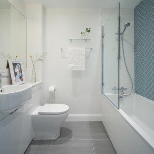 Неиссякаемый источник вдохновения для домашнего уюта: ванная комната в скандинавском стиле с плоскими фасадами, белыми фасадами, ванной в нише, душем над ванной, унитазом-моноблоком, синей плиткой, белыми стенами, душевой кабиной, накладной раковиной, мраморной столешницей, серым полом, открытым душем и серой столешницей