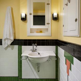 Idee per una piccola stanza da bagno con doccia vittoriana con lavabo sospeso, ante a filo, ante bianche, doccia a filo pavimento, WC a due pezzi, piastrelle in ceramica e pavimento con piastrelle in ceramica