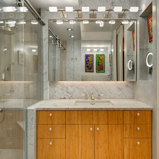 Ispirazione per una piccola stanza da bagno contemporanea con ante lisce, ante in legno chiaro, doccia alcova, piastrelle grigie, lastra di pietra, pareti grigie, pavimento in bambù, lavabo sottopiano e top in marmo