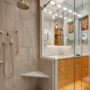 Bild på ett litet funkis badrum, med släta luckor, skåp i ljust trä, en dusch i en alkov, grå kakel, stenhäll, grå väggar, bambugolv, ett undermonterad handfat och marmorbänkskiva