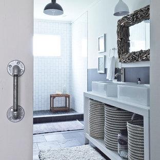 Cette image montre une salle de bain chalet avec une vasque, une douche ouverte, un sol en ardoise et aucune cabine.