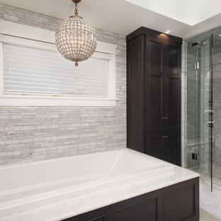 Foto de cuarto de baño principal, de estilo americano, grande, con armarios con paneles empotrados, puertas de armario de madera en tonos medios, bañera encastrada, ducha empotrada, paredes blancas, lavabo bajoencimera, suelo de baldosas de porcelana y encimera de cuarzo compacto