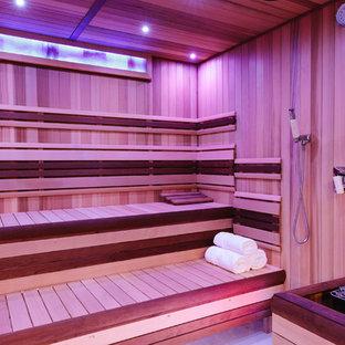 Ispirazione per un'ampia sauna classica con pareti multicolore, pavimento in gres porcellanato, pavimento multicolore, zona vasca/doccia separata, piastrelle multicolore e porta doccia a battente