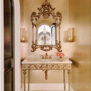 Idéer för ett litet klassiskt vit badrum, med möbel-liknande, gula skåp, en toalettstol med separat cisternkåpa, marmorgolv, ett undermonterad handfat, kaklad bänkskiva och flerfärgat golv