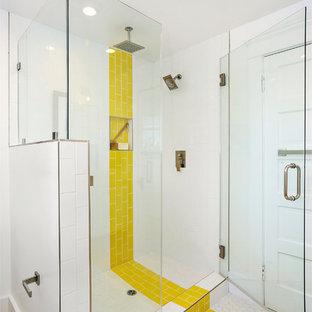 Modelo de cuarto de baño contemporáneo con baldosas y/o azulejos blancos, baldosas y/o azulejos amarillos y suelo multicolor