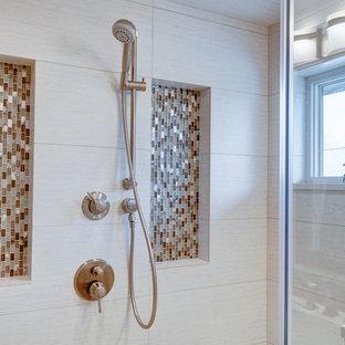 Ejemplo de cuarto de baño de estilo americano, grande, con lavabo bajoencimera, armarios tipo mueble, puertas de armario grises, encimera de granito, bañera exenta, ducha esquinera, sanitario de dos piezas, baldosas y/o azulejos blancos, baldosas y/o azulejos de porcelana, paredes blancas y suelo de travertino