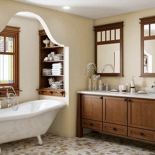 Uriges Badezimmer En Suite mit Schrankfronten im Shaker-Stil, dunklen Holzschränken, Löwenfuß-Badewanne, Mosaik-Bodenfliesen, farbigen Fliesen und beiger Wandfarbe in Seattle