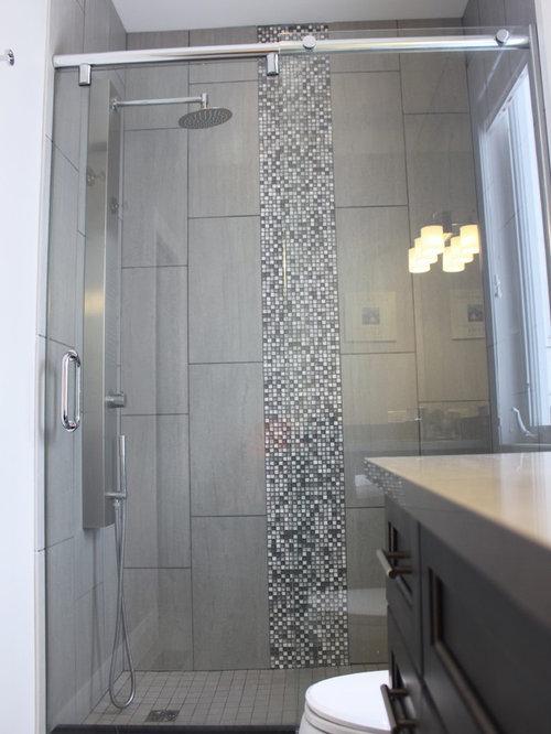 Salle de bain craftsman avec des portes de placard en bois for Porte placard salle de bain